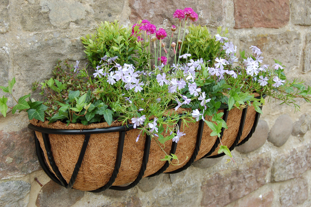 how to make a outdoor winter hanging basket